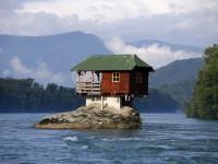 سربیا میں دریائی پتھر پر بنایا گیا گھر